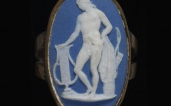 Ring of gold set with a blue jasperware plaque with a white relief of Apollo