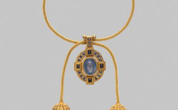 Necklace with cameo of Veronica's Veil